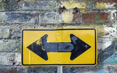 A sign with arrows pointing left and right